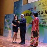 Teo Shi Teng receiving her scholarship
